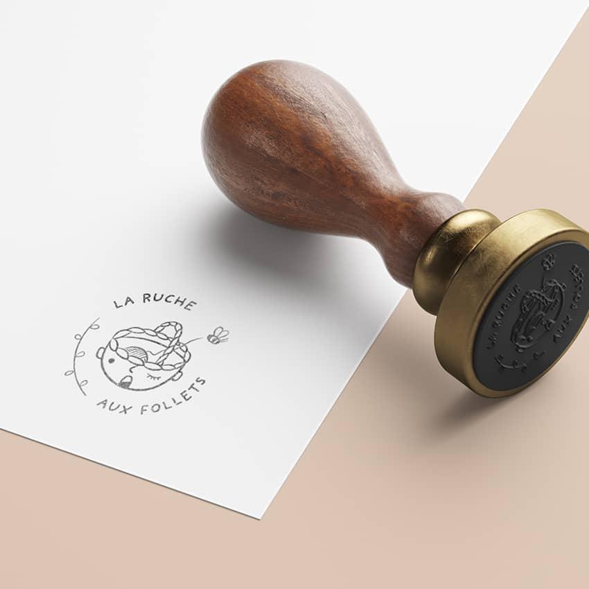 La Ruche Aux Follets : création d'un logo original facile à apposer.